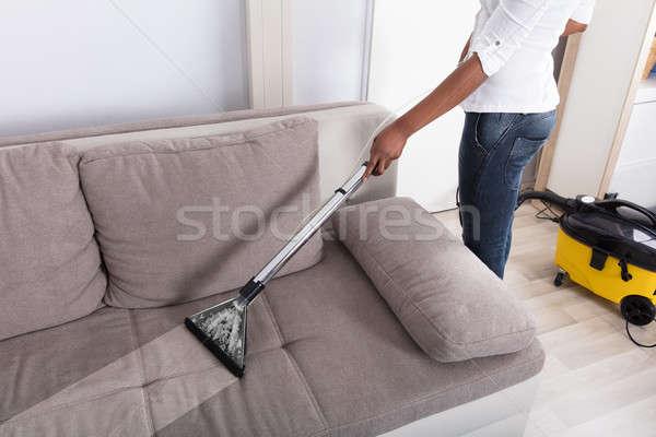 主婦 洗浄 ソファ 真空掃除機 手 ホーム ストックフォト © AndreyPopov