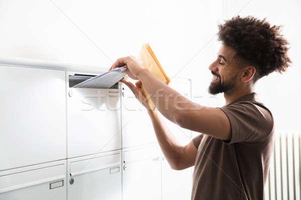 Homem cartas caixa de correio vista lateral moço mão Foto stock © AndreyPopov