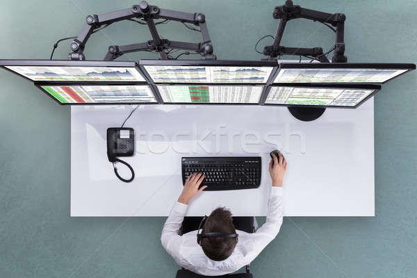 Masculino estoque corretor gráficos múltiplo tela do computador Foto stock © AndreyPopov