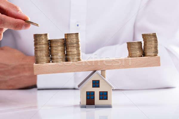 Imprenditore monete altalena casa modello mano Foto d'archivio © AndreyPopov