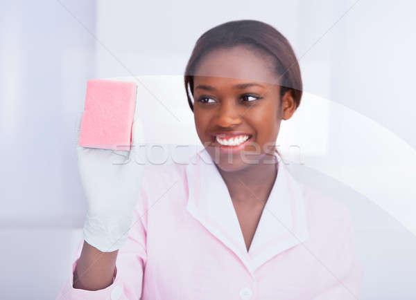 Vrouwelijke huishoudster schoonmaken glas hotel gelukkig Stockfoto © AndreyPopov