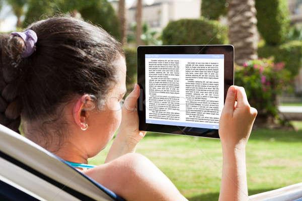 Photo stock: Femme · lecture · livre · électronique · jeune · femme · ordinateur