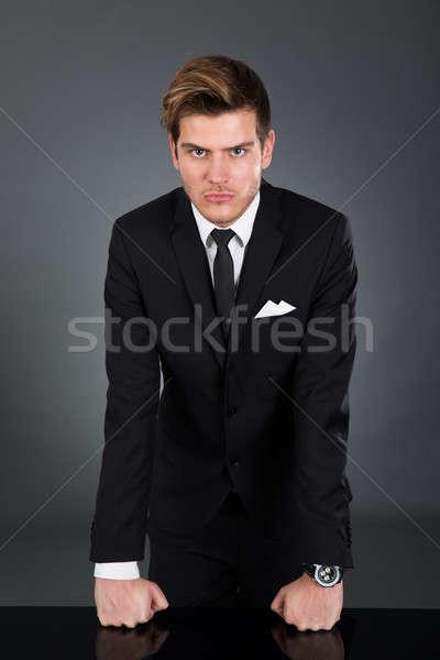 Boos zakenman tabel portret geïsoleerd Stockfoto © AndreyPopov