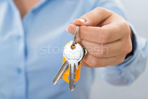 Hand halten Schlüssel Frau Stock foto © AndreyPopov