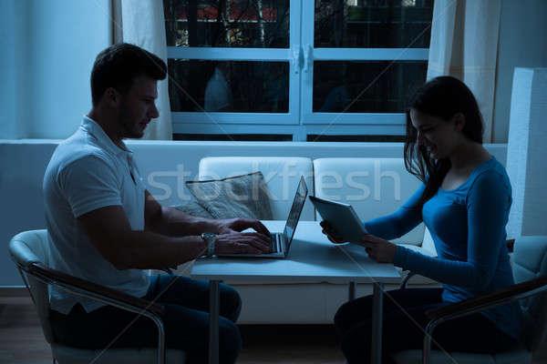 Foto stock: Digital · comprimido · laptop · casa · noite