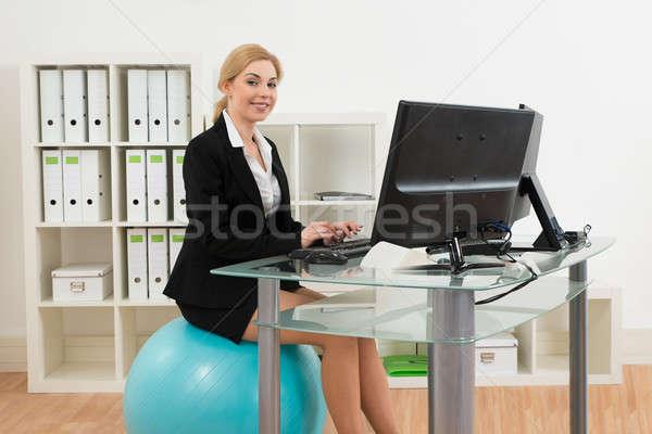 üzletasszony pilates labda számítógéphasználat fiatal boldog Stock fotó © AndreyPopov