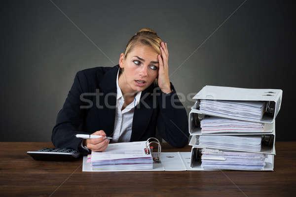 Photo stock: Femme · d'affaires · regarder · dossiers · travail · bureau