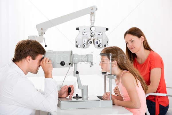 Optometrista menina masculino mãe Foto stock © AndreyPopov