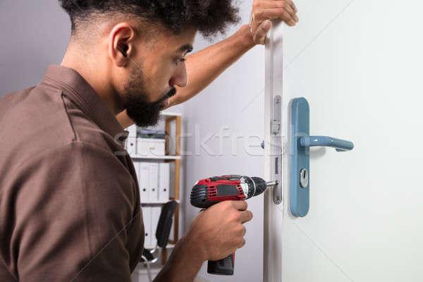Carpintero puerta bloqueo inalámbrica destornillador Foto stock © AndreyPopov