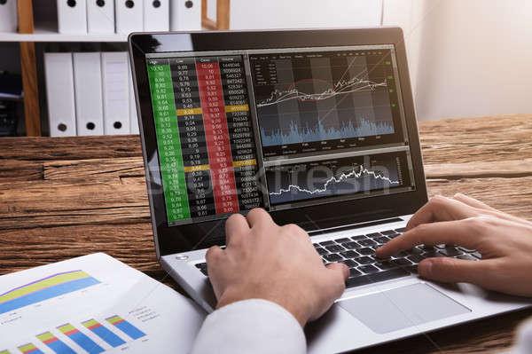 Mercado de ações corretor olhando gráficos laptop Foto stock © AndreyPopov