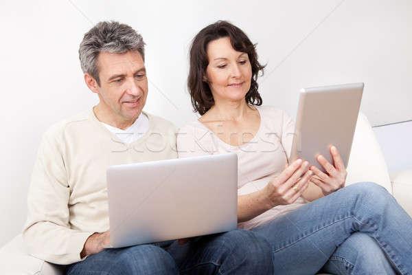 Zdjęcia stock: Dojrzały · para · laptopy · kanapie · za · pomocą · laptopa · tabletka