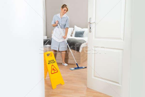 Soubrette nettoyage étage jeunes Homme chambre d'hôtel Photo stock © AndreyPopov