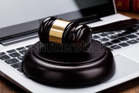 Juge marteau clavier d'ordinateur portable bois affaires Photo stock © AndreyPopov