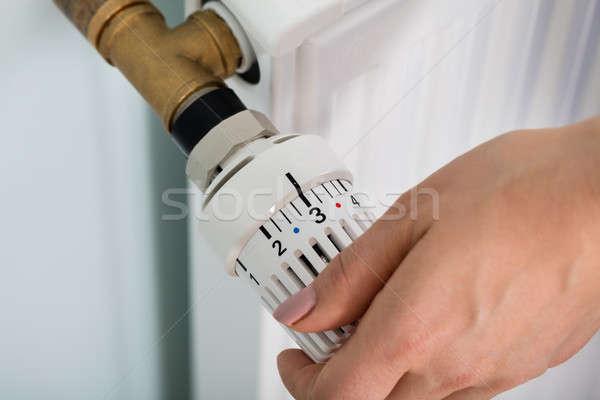 Mão termóstato válvula radiador casa Foto stock © AndreyPopov