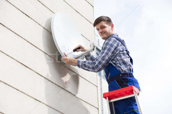Technicus tv schotelantenne muur jonge Stockfoto © AndreyPopov