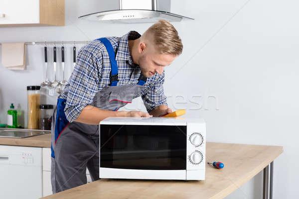 Erkek teknisyen mikrodalga dijital ev çalışmak Stok fotoğraf © AndreyPopov