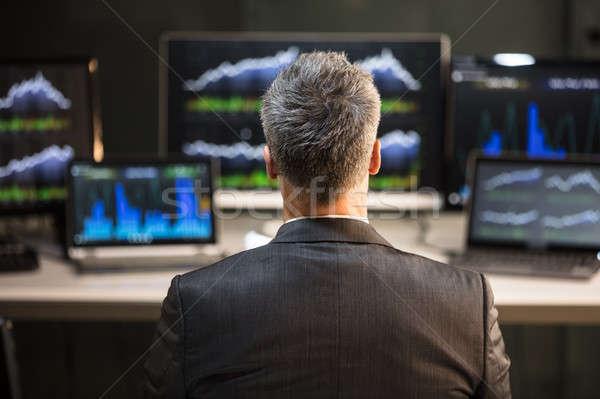 Masculino mercado de ações corretor olhando computador Foto stock © AndreyPopov