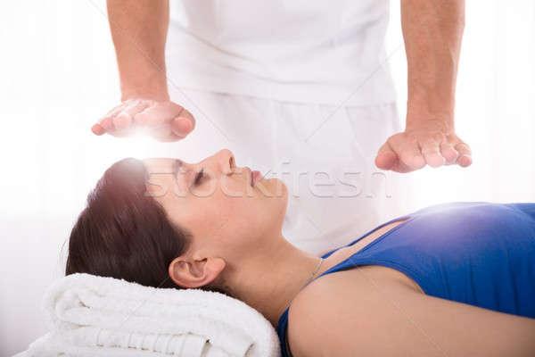 Vrouw reiki genezing behandeling Stockfoto © AndreyPopov