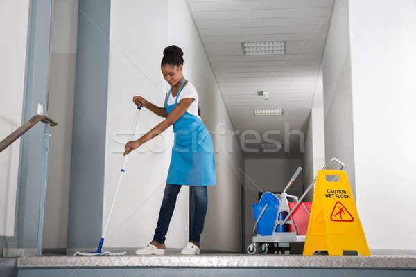Kobieta korytarz Afryki ostrożność podpisania biuro Zdjęcia stock © AndreyPopov