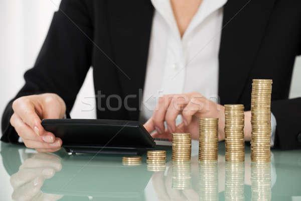 Geschäftsfrau Rechner gestapelt Münzen Schreibtisch Stock foto © AndreyPopov