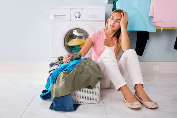 Nieszczęśliwy kobieta patrząc ubrania użyteczność pokój Zdjęcia stock © AndreyPopov