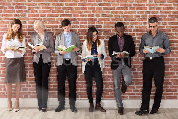 Grup lectură cărţi în picioare Imagine de stoc © AndreyPopov