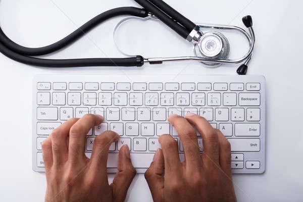 Photo stock: Médecin · tapant · stéthoscope · blanche · bureau