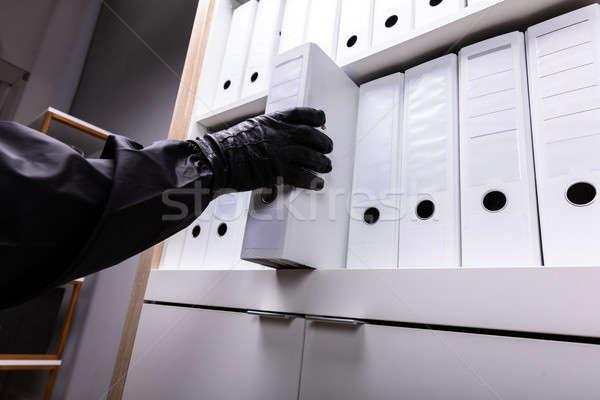 Ladro rubare cartella shelf primo piano legno Foto d'archivio © AndreyPopov