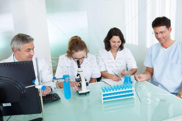 Techniczne pracowników laboratorium wraz patrząc komputera Zdjęcia stock © AndreyPopov