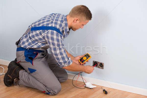 Villanyszerelő elektromos feszültség férfi foglalat ház kábel Stock fotó © AndreyPopov
