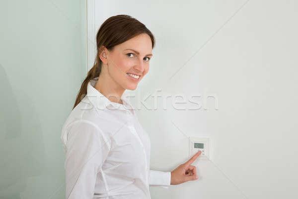 女性実業家 温度 デジタル サーモスタット 美しい 小さな ストックフォト © AndreyPopov
