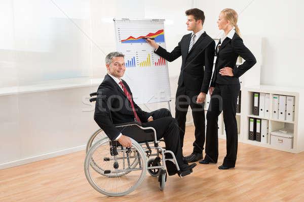 üzletember magyaráz grafikon csapat fiatal üzletemberek Stock fotó © AndreyPopov