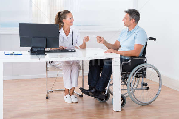 Médico prescrição paciente homem sessão cadeira de rodas Foto stock © AndreyPopov