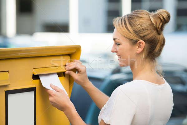 Vrouw brief mailbox gelukkig jonge vrouw vrouwen Stockfoto © AndreyPopov