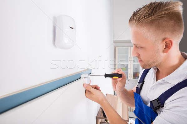 Férfi installál biztonság ajtó szenzor közelkép Stock fotó © AndreyPopov