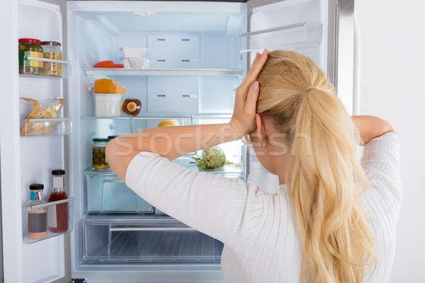 Photo stock: Femme · regarder · à · l'intérieur · frigo · vue · arrière · confondre