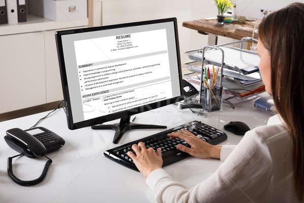 üzletasszony néz önéletrajz számítógép közelkép munkahely Stock fotó © AndreyPopov