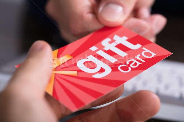 Empresario tarjeta de regalo socio primer plano mano oficina Foto stock © AndreyPopov