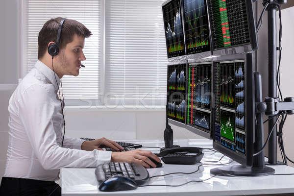 Mercato azionario mediatore grafici computer vista laterale giovani Foto d'archivio © AndreyPopov