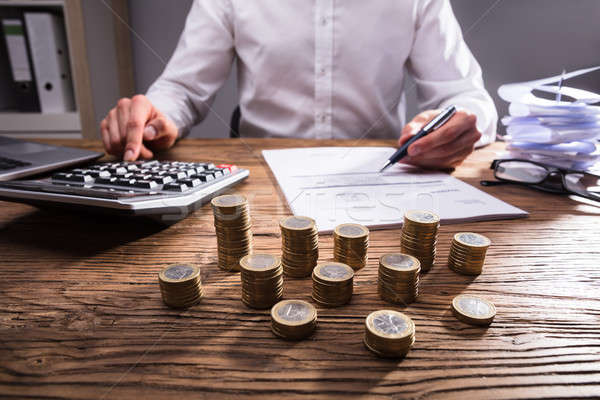 Empresário calculadora projeto de lei moedas Foto stock © AndreyPopov