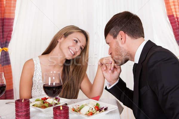 Mann Küssen Hand romantischen Abendessen Aussehen Stock foto © AndreyPopov