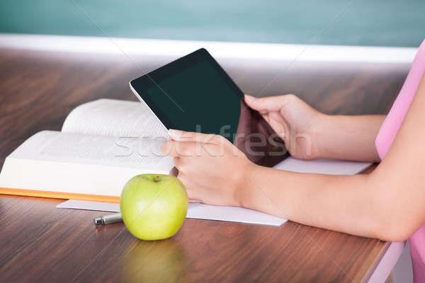 Stok fotoğraf: öğrenci · dijital · tablet · elma · kitap