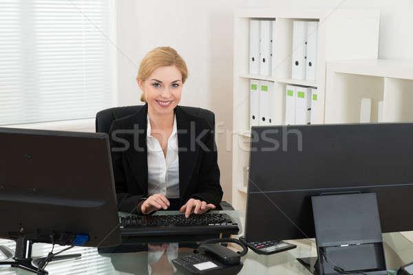 Stockfoto: Zakenvrouw · werken · computer · jonge · gelukkig · bureau