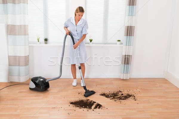 Huishoudster schoonmaken vuil stofzuiger jonge vrouwelijke Stockfoto © AndreyPopov