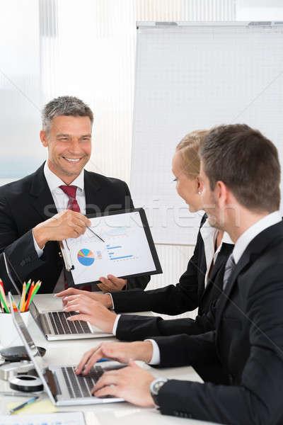üzletember magyaráz grafikon munkások érett iroda Stock fotó © AndreyPopov