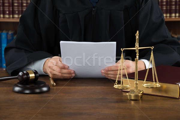 裁判官 読む 文書 デスク 法廷 手 ストックフォト © AndreyPopov