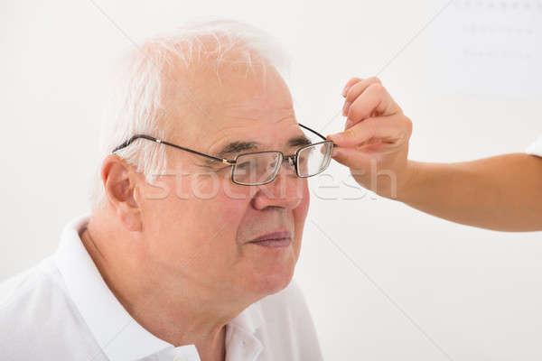 Gözlükçü yardım erkek hasta yeni gözlük Stok fotoğraf © AndreyPopov