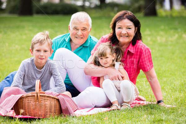Foto stock: Abuelo · nietos · sesión · parque · feliz · altos