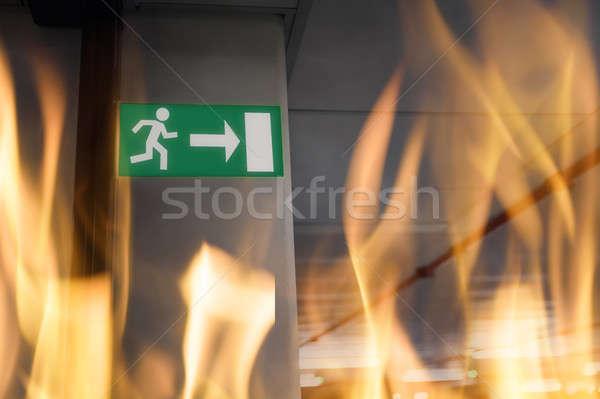 Notfall exit sign U Parkplatz Eingang Parkplatz Stock foto © AndreyPopov