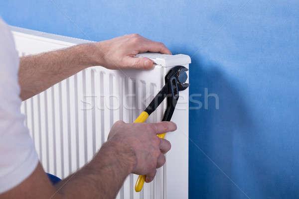 Menselijke hand radiator sleutel hand Stockfoto © AndreyPopov